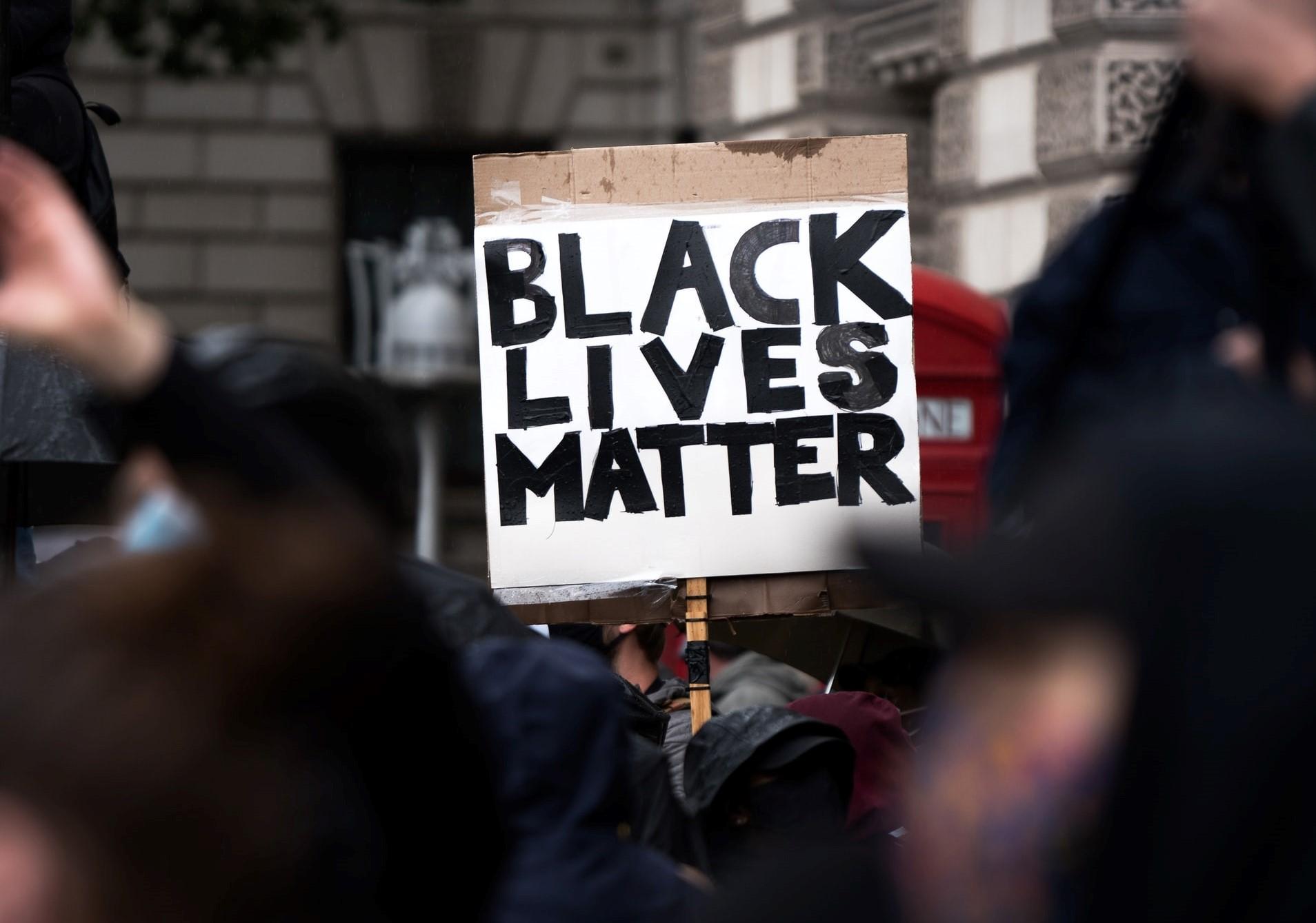 BLM: rendőrök lőttek le egy fekete férfit Minneapolisban, kiújultak a tüntetések