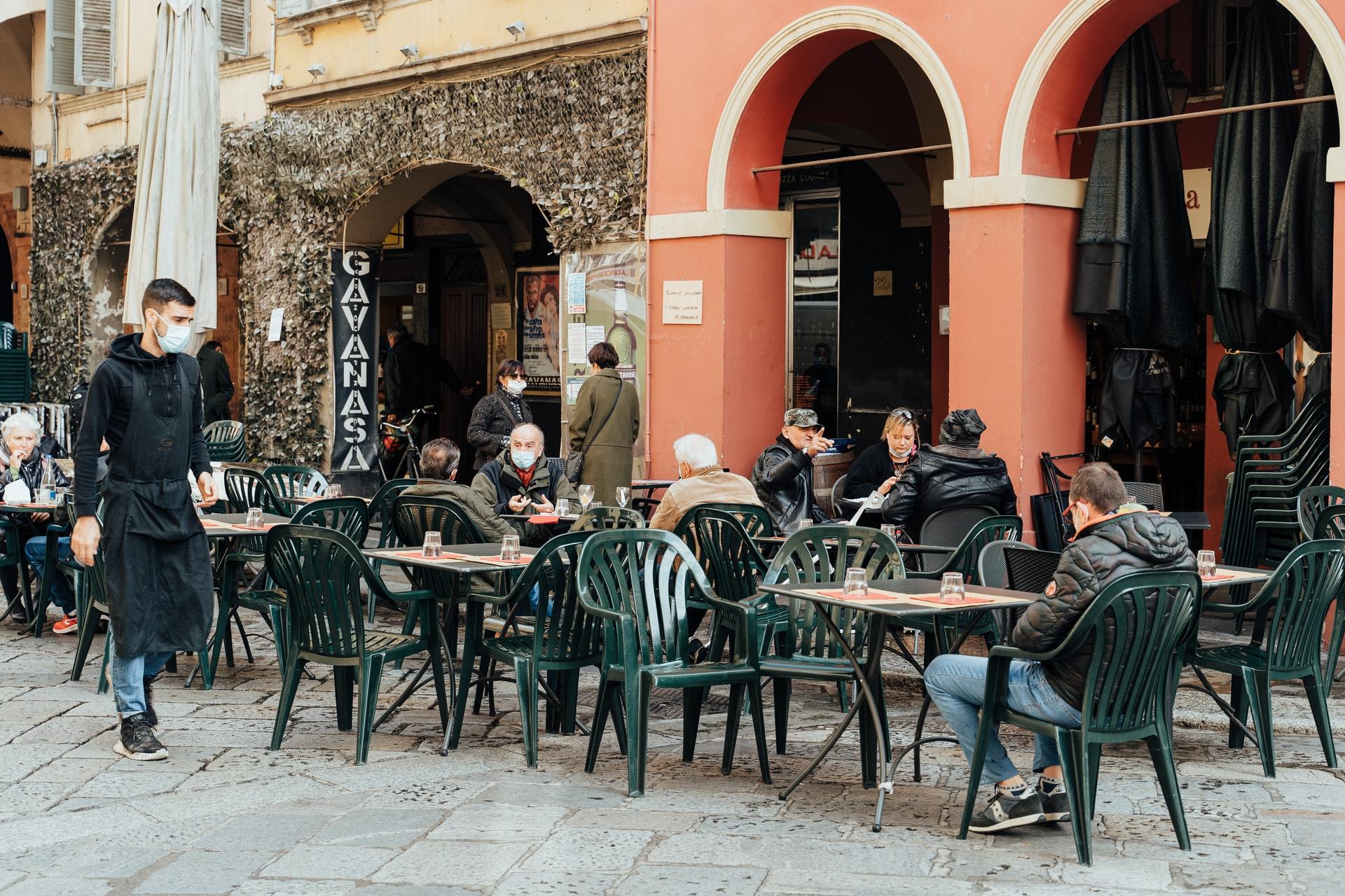 Olaszország feloldja a karanténkötelezettséget az uniós állampolgárok számára