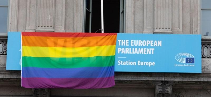 Csütörtök estig az Európai Parlament is kitűzte a szivárványos zászlót