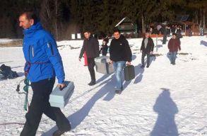Szakértõk szerint ki kell halászni az ezüstkárászt a Szent Anna-tóból, hogy helyreálljon a tó vízminõsége
