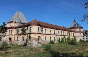 Értékes kõfaragványok bukkantak fel a borosjenõi vár falkutatásakor