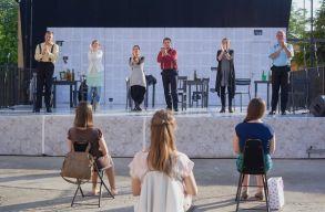 Augusztusban is a Szamos-parton várja nézõit a kolozsvári színház