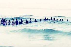 Élõlánccal mentettek ki egy családot a tengerbõl Floridában