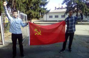 Szovjet zászlóval vonultak az egykori piteºti-i börtön elé a pozõr kommunisták