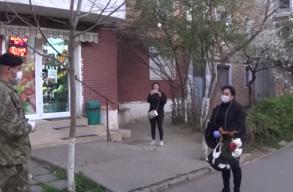 A szomszédai zaklatták, mert a városi járványkórházban dolgozik, a hadsereg most virággal mondott köszönetet neki