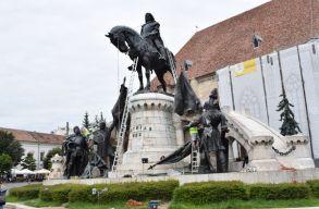 Nekiláttak a Mátyás-szoborcsoport letisztításának