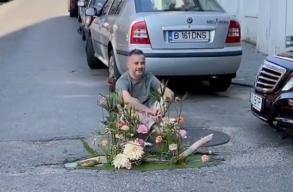 Virágokkal díszíti ki az úttesten tátongó lyukakat egy bukaresti virágüzlet
