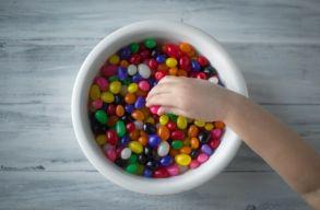 Cukorfüggõnek neveljük gyerekeinket? A romániai szülõk több mint 60%-a legalább napi egyszer édességet ad csemetéjének
