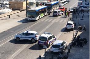 Buszmegállóba hajtott egy autó Marseille-ben