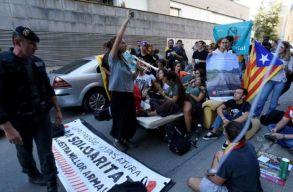A katalán minisztériumokban razziázott a spanyol rendõrség