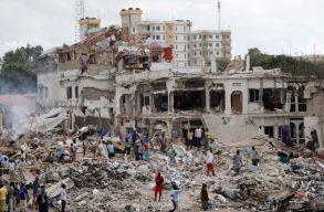Káosz a szomáliai kettõs robbantás után