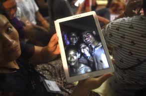 Sikeresen kimentették az elsõ négy gyereket a thaiföldi barlangból