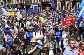 Százezrek tüntetnek Londonban a Brexit ellen