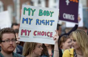 Írországban legalizálták az abortuszt