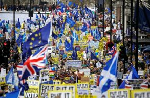 Százezrek tüntettek Londonban a brit EU-tagságról szóló újabb népszavazás kiírásáért