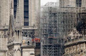 Teljesen eloltották a Notre-Dame-ban kigyulladt tüzet