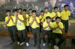 Megmenekülésük elsõ évfordulóját ünneplik a barlangból kimentett thaiföldi gyerekek