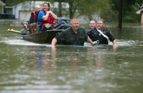 Több mint ezer embert evakuáltak a trópusi vihar által sújtott Houstonból