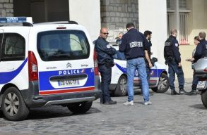 Késsel gyilkolta meg kollégáit egy rendõr Párizsban