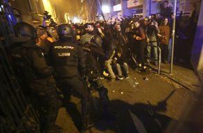 Petárdákkal és kövekkel dobálták kedd este a katalán tüntetõk a rohamrendõröket