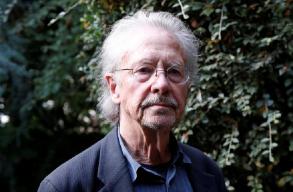 Peter Handke Nobel-díja ellen tüntettek a szarajevói svéd nagykövetség elõtt