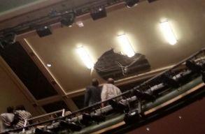 Elõadás közben szakadt le egy londoni színház mennyezete