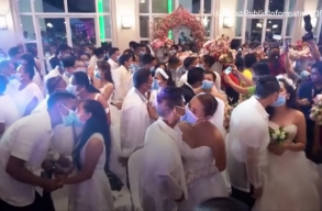 Maszkban adták egymásnak az elsõ hitvesi csókot a párok a Fülöp-szigeteki tömegesküvõn