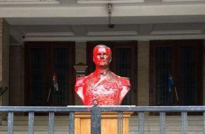 Vörös festékkel öntötték le Horthy mellszobrát Budapesten
