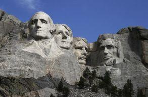 Leromboltatná az amerikai elnökök faragványait a Rushmore-hegyrõl a sziú indiánok egyik vezetõje