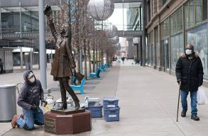 Több amerikai államban kötelezõvé tették az utcán is a szájmaszkot