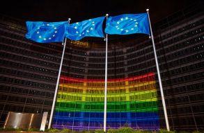 Ma van a homofóbia elleni világnap: szivárványszínûre váltott az Európai Bizottság épülete is