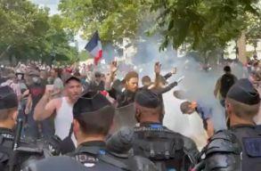 Ezrek tüntettek Párizsban a kötelezõ oltások és a védettségi igazolvány miatt
