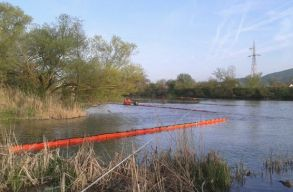 Újabb felszívó gátat építenek a Maroson, hogy felfogják a folyóba ömlött transzformátorolajat