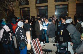 Több mint 21 órája tartó tiltakozó akció zajlik Nagyszebenben, a PSD-székház elõtt