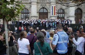 A bukaresti ítélõtábla épülete elõtt tüntettek a bírák és ügyészek
