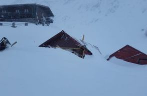Elsodort néhány faházikót egy lavina a Bâlea-tónál