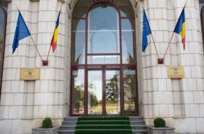 Egy 70 év körüli férfi bedobta az Igazságügyi Minisztérium épületének egyik ablakát