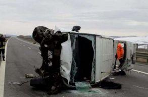 Kisbusz balesetezett az észak-erdélyi autópályán. A sofõr élõben közvetített a Facebookon