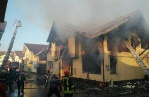 Leégett egy szászfenesi ikerház, két ember kórházba került