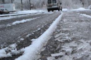 Tízméteres jégcsapok zuhantak az útra a Maros völgyében