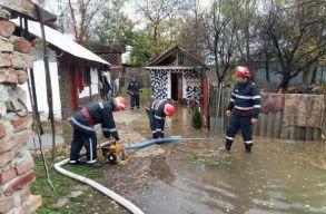 Tizenegy megyében okozott károkat az elmúlt 24 órában a kedvezõtlen idõjárás