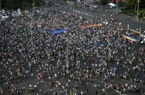 Megközelítõleg 24 ezren tüntettek szombaton a Victoriei téren