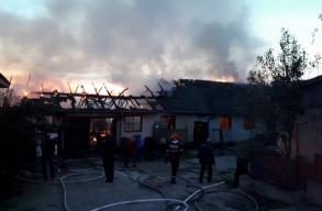 Tûz volt egy Déva melletti ipari raktárban, a tetõzet leégett