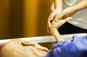 Szociális gondozók is megkaphatják a 2500 lejes kockázati pótlékot