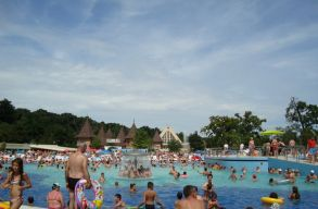 Belügyminiszter: a medencék és fürdõk nem nyitnak ki június 1-jétõl