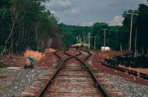 Két tehervonat ütközése miatt késnek a tengerpartra tartó és onnan induló vonatok