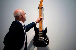 A klímaváltozás elleni harc érdekében árverezte el 126 hangszerét a Pink Floyd frontembere