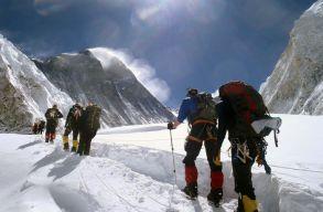 Több ezer kilóemberi ürülék marad a Mount Everesten a turisták után
