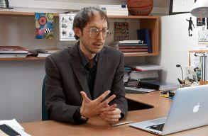 Péter László: nem kell osztályharcos logikában értelmezni a tüntetéseket