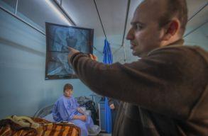 Esélyt adnak az életre: menekült gyerekeket gyógyítanak európai orvosok Jordániában